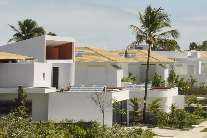 Placas solares do condomínio Morada da Península armazenam o calor que aquece a água dos chuveiros. Reserva do Paiva/Divulgação