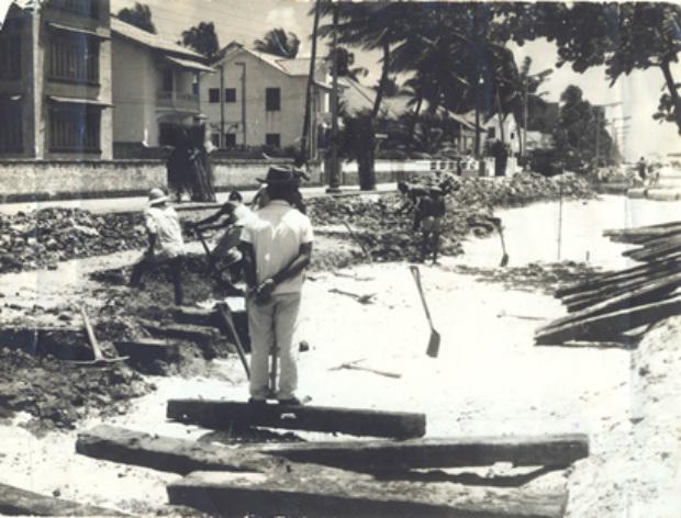 Arquivo/DP - Remoção do antigo pavimento da Avenida Boa Viagem, inclusive os antigos dormentes e trilhos de bondes, para colocação de concreto em 12/10/1960