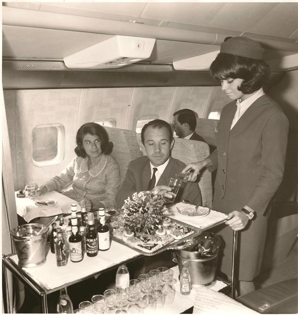 Serviço de bordo da TAP, na primeira classe, na época 1965-1969. Crédito: TAP/ Divulgação