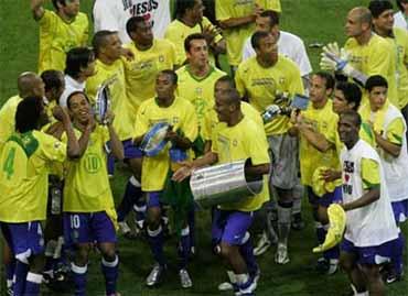 Brasileiros comemoram com samba após goleada na final de 2005
