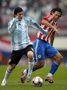 Messi disputa a bola no empate por 1 x 1 com o Parauguai, no sábado, em Buenos Aires