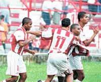 Calinhos é abraçado pelos companheiros do Náutico em 2001