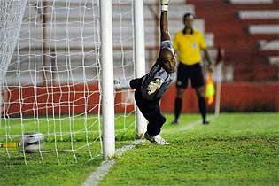 Danilo salta, mas não evita o gol do Náutico, marcado por Gilmar