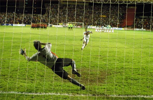 Pernambucano de 2006: Lecheva perde o pênalti decisivo. Foto: Diario