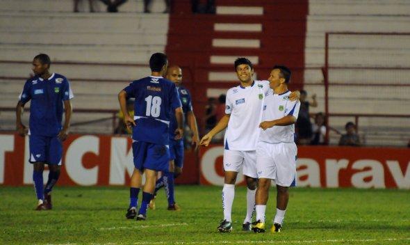 Gol pela vida 2010: Ciro e Kuki comemoram mais um gol dos amigos de Juninho Pernambucano, que venceu o time dos amigos de Ricardo Rocha por 6 x 0. Foto: Inês Campelo/DP