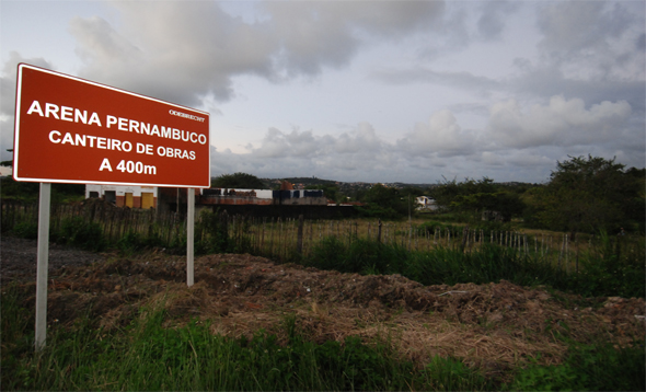 Placa anunciando obra da Cidade da Copa, em São Lourenço da Mata. Foto: Gil Vicente/Diario de Pernambuco