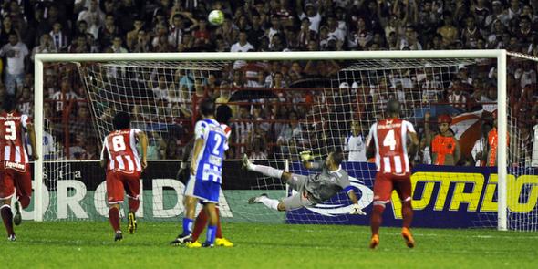 Pernambucano 2011: Náutico 1 x 1 Cabense. No lance, Xinho perde pênalti para o time do Cabo. Foto: Hélder Tavares/Diario de Pernambuco