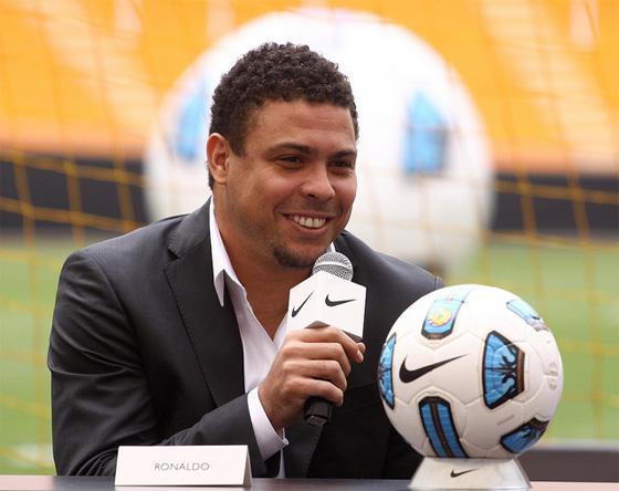 bada21c72710f Ronaldo com a bola oficial da Copa América de 2011. Foto  Nike divulgação