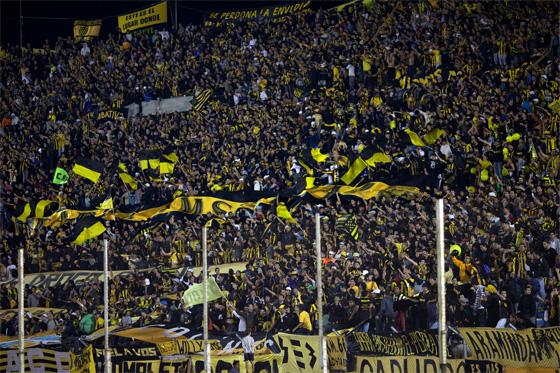 Torcida do Peñarol no estádio Centenário