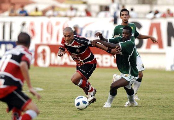 Série D 2011: Santa Cruz 1 x 0 Cuiabá/MT. Foto: Helder Tavares/Diario de Pernambuco