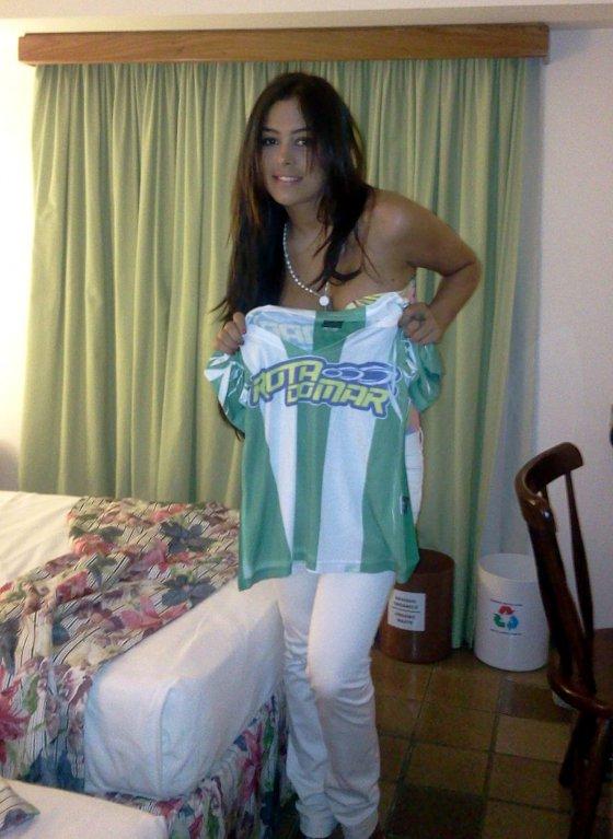 Larissa Riquelme com a camisa do América. Foto: Luciana Riquelme/divulgação
