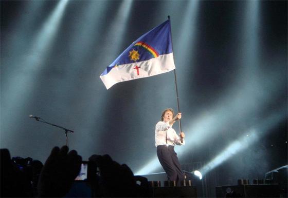 Paul McCartney em show no Arruda, com a bandeira de Pernambuco. Foto: Apolonio Melo