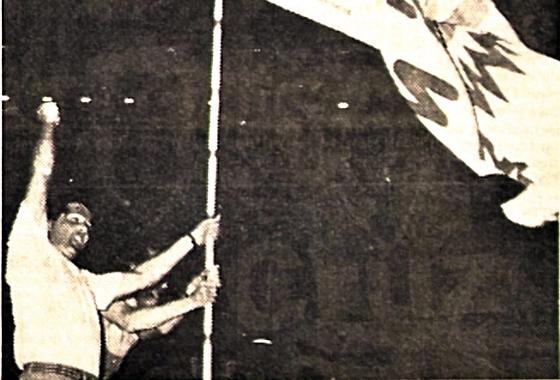 Final do Pernambucano de 1986: Sport 0x0 Santa Cruz. Zé Neves entra com a bandeira coral na Ilha. Foto: Arquivo/DP