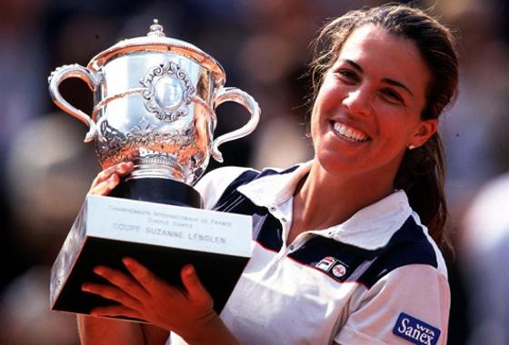 Jennifer Capriati com a taça de campeã em Roland Garros, em 2001