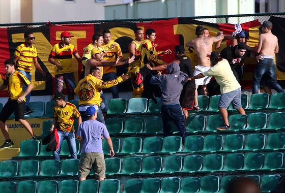 Briga entre integrantes de de torcidas uniformizadas do Sprot durante Figueirense x Sport, pela 13ª rodada da da Série A 2014. Foto: Luiz Henrique/Figueirense/Flockr