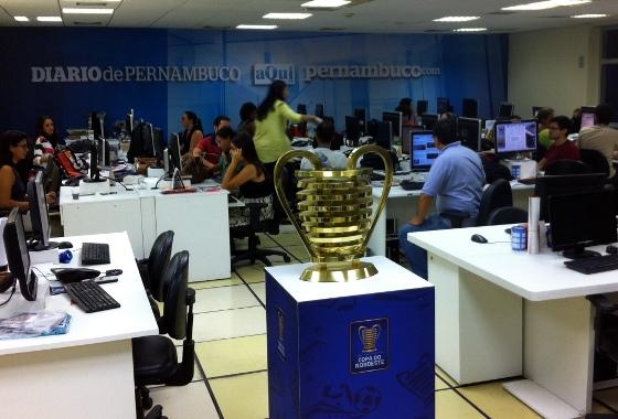 Taça da Copa do Nordeste 2015 na redação do Diario de Pernambuco. Foto: Cassio Zirpoli/DP/D.A Press