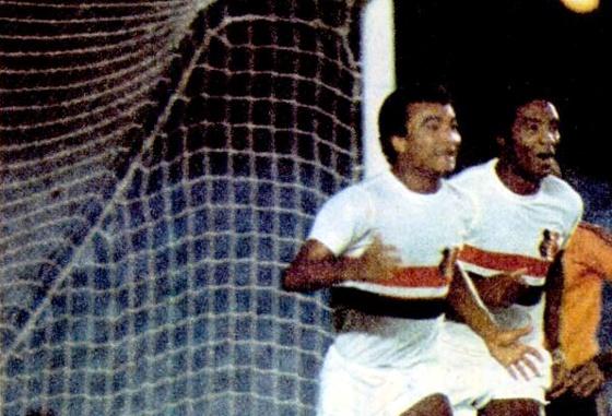 Ramón festeja um gol contra o Flamengo, no Maracanã, em 1975. Foto: Placar/reprodução