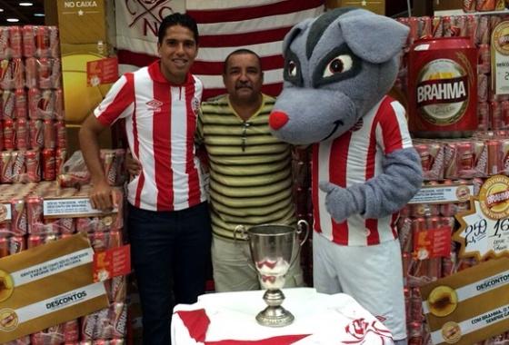 Timbu e William Magrão com torcedor alvirrubro. Foto: Náutico/Instagram