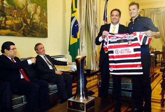 Santa Cruz apresenta o troféu de campeão pernambucano de 2015 ao governador do estado, Paulo Câmara. Foto: Santa Cruz/assessoria/facebook