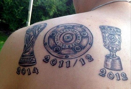 Ele tatuou nas costas os troféus da Copa do Mundo de 2014 785ce0d965dcf