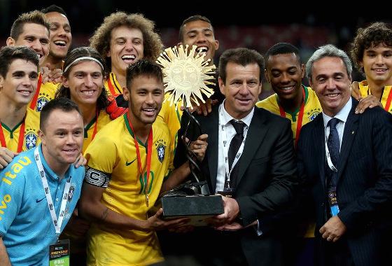 Evandro Carvalho chefiando a delegação da Seleção Brasileira no Superclássico das Américas de 2014. Foto: Fifa/twitter