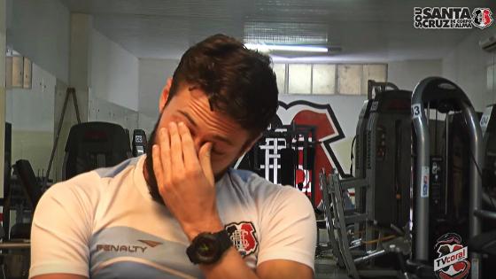 João Paulo no filme oficial do Santa Cruz sobre o retorno à elite. Crédito: TV Coral/reprodução
