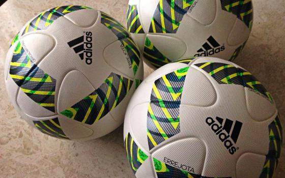 Troféu Chico Science com a bola dos Jogos Olímpicos 438d7b21575b3