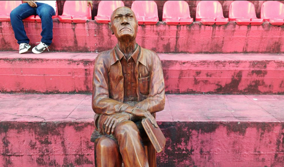 Estátua de Ariano Suassuna exposta nas sociais da Ilha do Retiro. Foto: Gustavo Gusmão/twitter)