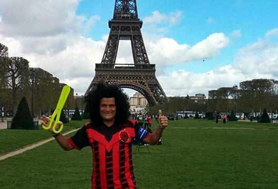 Mauro Shampoo em Paris, representando o Íbis. Foto: Ibismania/twitter