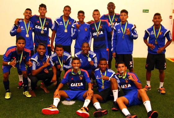 Rubro-negros recebem a medalha de prata após o vice na Copa do Brasil Sub 17 de 2016. Foto: Williams Aguiar/Sport Club do Recife