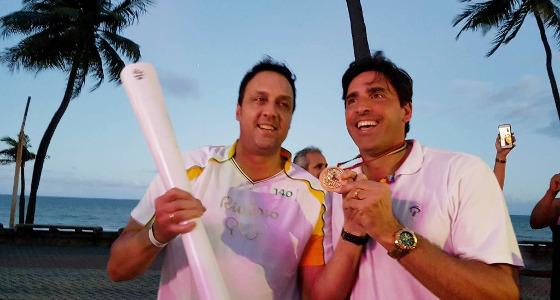 Pampa e Giovane no revezamento da Tocha Olímpica no Recife. Foto: Rio 2016/divulgação