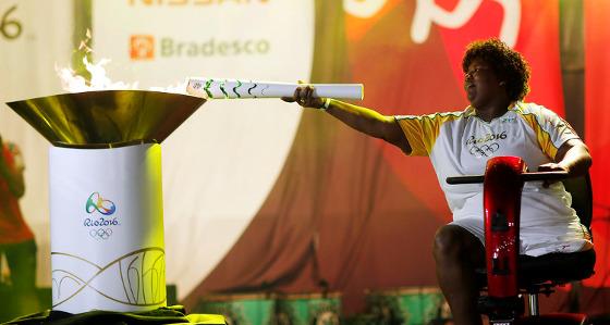 Rosinha acende a pira olímpica no Marco Zero, no Recife. Foto: Rio 2016/divulgação