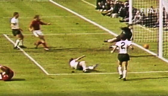 Copa do Mundo 1966, final: Inglaterra 4 x 2 Alemanha. E o polêmico gol de Geoff Hurst... Crédito: Fifa/facebook (reprodução)