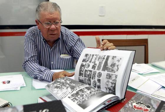 """João Caixero e o livro """"Santa Cruz de corpo e alma"""". Foto: Antônio Melcop/Santa Cruz"""