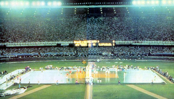 Jogo da seleção masculina de vôlei no Maracanã, em 1983