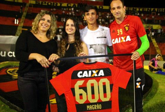 Junto à família, Magrão recebe a camisa comemorativa pelos 600 jogos no Sport, em 24/09/2016. Foto: Williams Aguiar/Sport Club do Recife