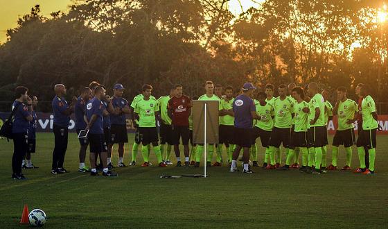 Rogério Micale comandando treino da Seleção Olímpica no CT do Sport, em 10 de novembro de 2015. Foto: Williams Aguiar/Sport