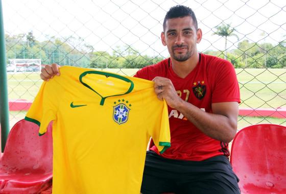 Diego Souza ao receber a notícia da primeira convocação à Seleção Brasileira defendendo o Sport. Foto: Williams Aguiar/Sport Club do Recife