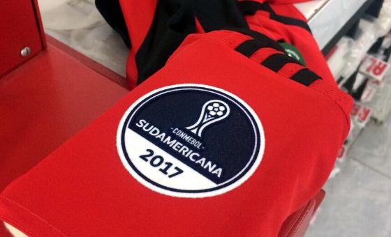 Patch da Copa Sul-Americana 2017 no uniforme do Sport. Crédito: Sport/twitter (@sportrecife)