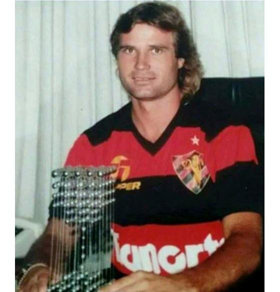 Ribamar, meia do Sport em 1987, com a taça das bolinhas pelo título brasileiro. Foto: Ribamar/Arquivo pessoal