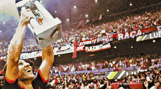 """Zico erguendo a """"Copa União"""", após o título do Módulo Verde de 1987"""