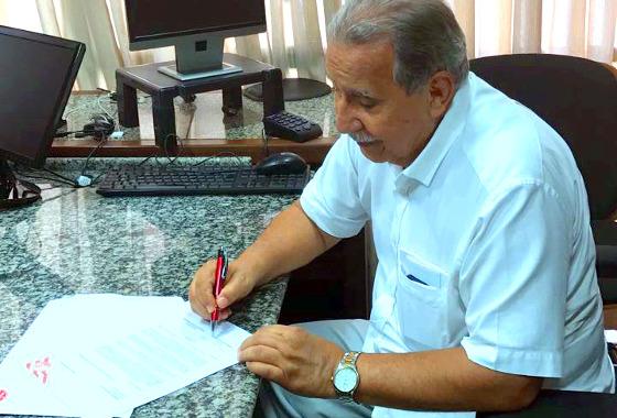 Ivan Brondi assinando a autorização do empréstimo de R$ 1,5 milhão. Foto: Náutico/instagram (@nauticope)