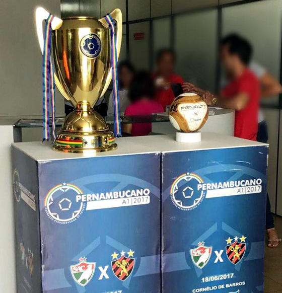O troféu do Estadual 2017 exposto no município de Salgueiro. Foto: Salgueiro/facebook (@soucarcara)