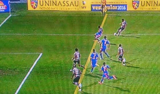 Final do Pernambucano de 2016, entre Santa e Sport, com o gol em impedimento de Lelê. Crédito: Globo/youtube/reprodução