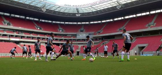 Santa treinando na Arena Pernambuco. Foto: Santa Cruz/twitter