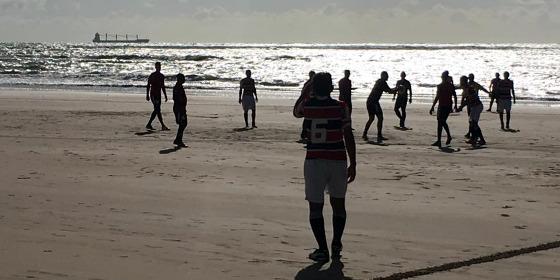 """A """"Pelada da União"""" na praia do Pina. Foto: Lucas Fitipaldi/cortesia"""