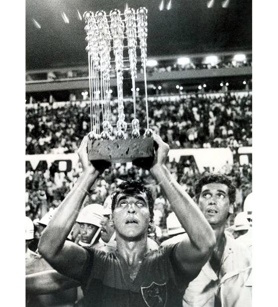 O capitão Estevam Soares ergue a Taça das Bolinhas, após o título brasileiro do Sport em 1987. Foto: Arquivo/DP