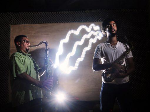 Na vibração do som, surdos aprendem música