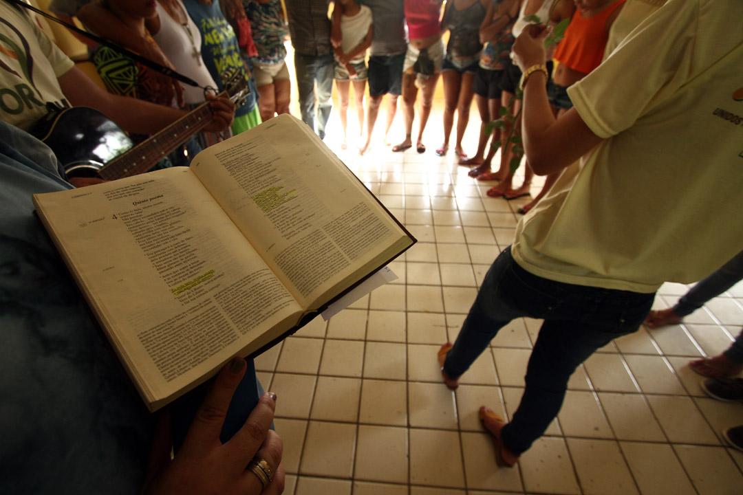 Voluntários promovem momentos de espiritualidade e formação humana com meninas do Case Santa Luzia. - Foto: Peu Ricardo/DP