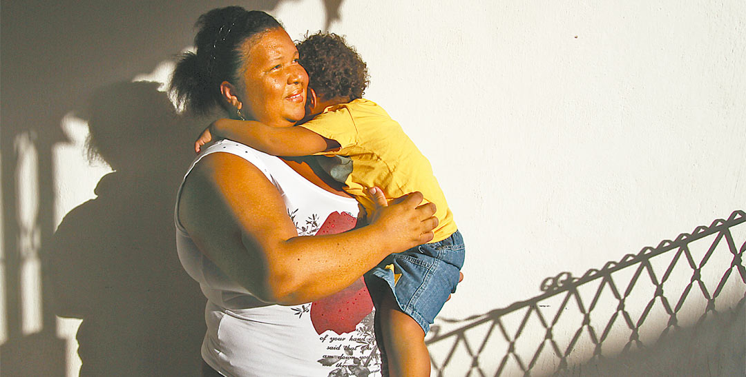 Eliude Batista e o filho de apenas três anos são atendidos pelos médicos da ONG. Ela diz que não voltará mais ao posto de saúde - Foto: Peu Ricardo/DP